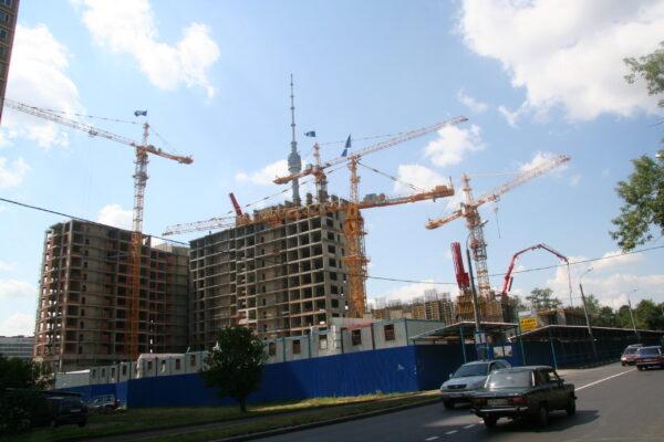 Башенные краны на строительном объекте в Москве и Московской области